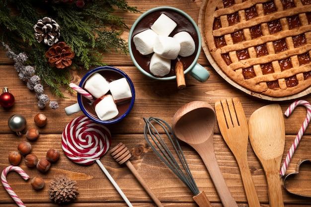 Vista superior pastel de navidad con chocolate caliente