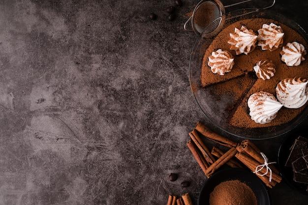 Vista superior del pastel con palitos de canela