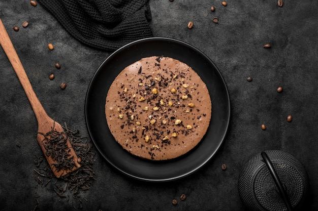 Vista superior del pastel en un plato con espátula y granos de café.