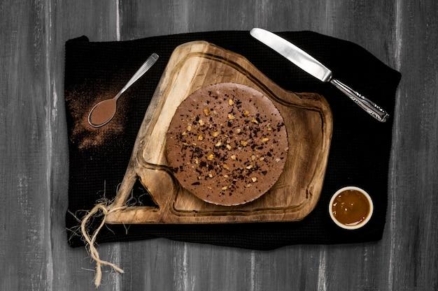 Vista superior de pastel con salsa de chocolate y cuchillo
