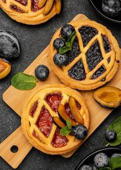 Vista superior de pasteles dulces con frutas