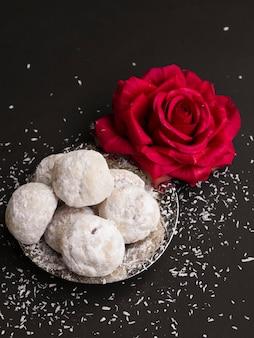 Vista superior de los pasteles islámicos con una rosa roja.