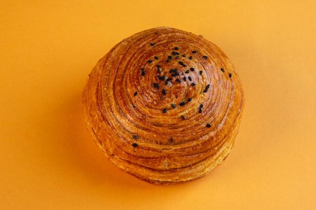 Vista superior de pasteles nacionales azerí shor gogal aislado en amarillo