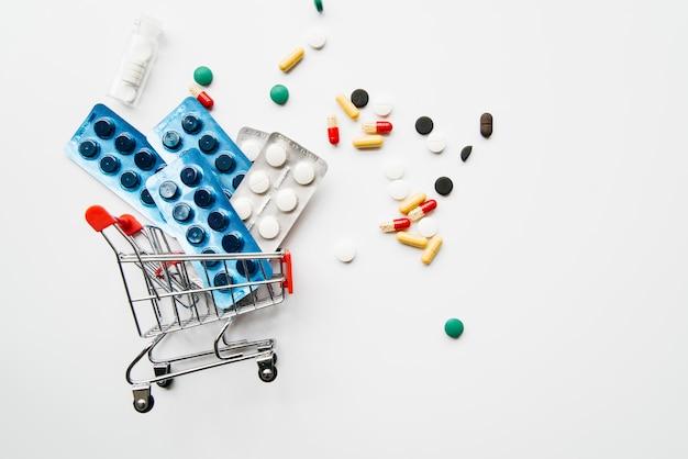 Vista superior pastillas en carro de la compra