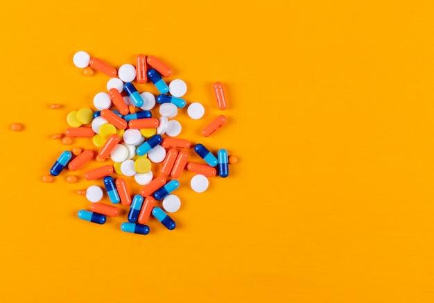 Vista superior de pastillas de colores