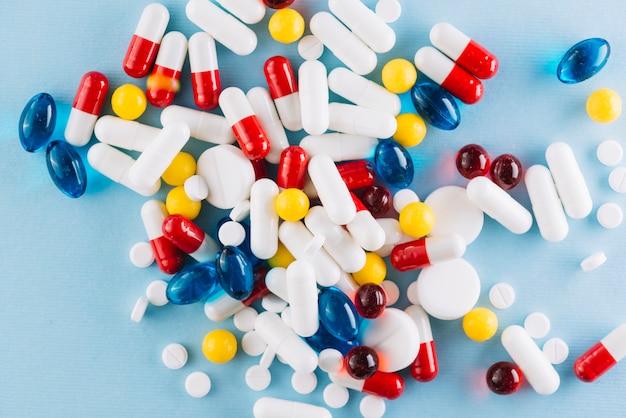 Vista superior de pastillas coloridas