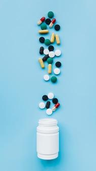 Vista superior pastillas saliendo de bote