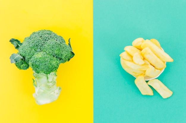 Vista superior patatas fritas vs verdura