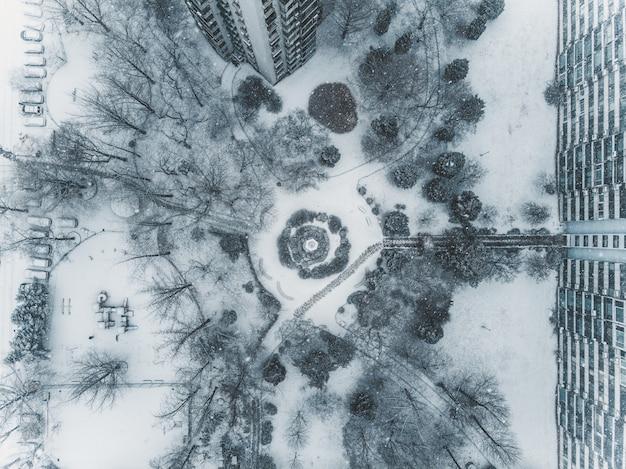 Vista superior en patio nevado en seúl, horario de invierno desde aviones no tripulados