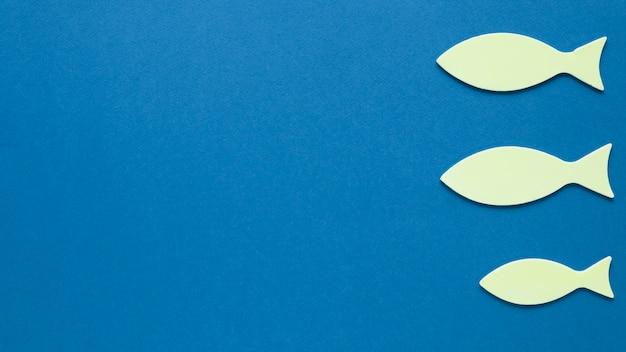 Vista superior de peces de papel con espacio de copia