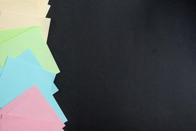 Vista superior pegatinas de colores sobre fondo oscuro