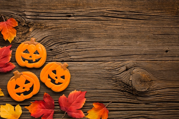 Vista superior de pegatinas y hojas de calabaza de halloween