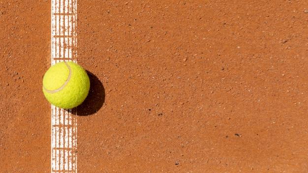 Vista superior pelota de tenis en la cancha