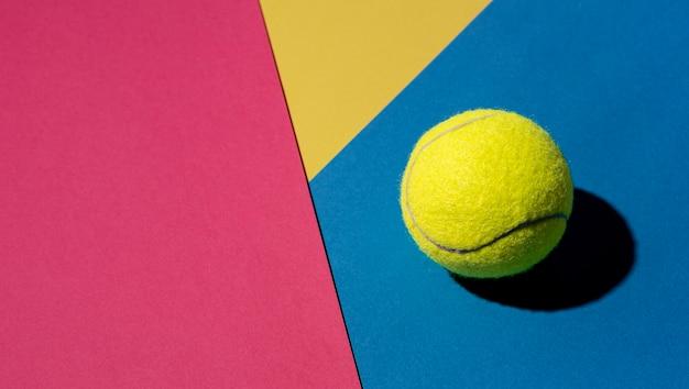 Vista superior de la pelota de tenis con espacio de copia