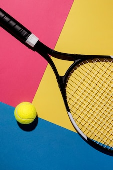 Vista superior de la pelota de tenis con raqueta
