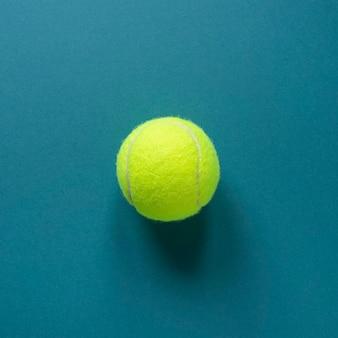 Vista superior de una pelota de tenis