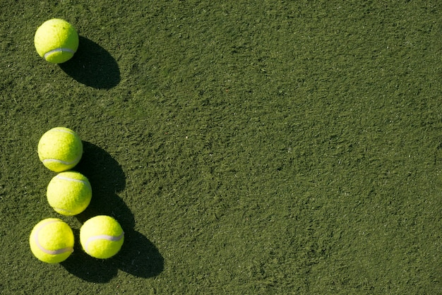Vista superior pelotas de tenis con espacio de copia