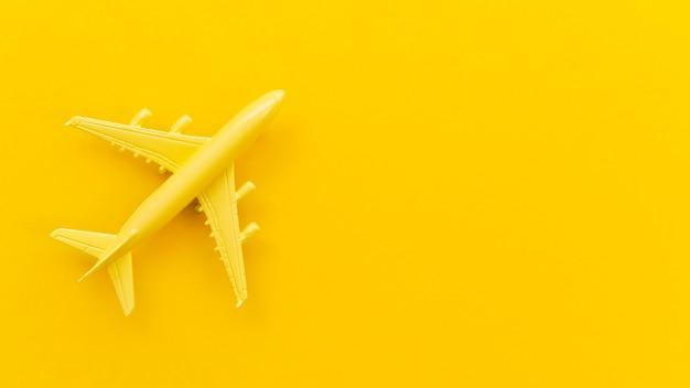 Vista superior pequeño avión amarillo