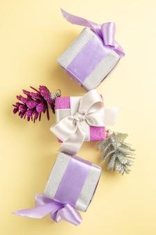 Vista superior de pequeños regalos de navidad en superficie clara