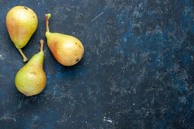 Vista superior de peras frescas y melosas frutas enteras maduras y dulces forradas en gris oscuro, fruta fresca salud alimentaria suave