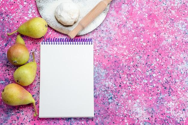Vista superior de peras suaves frescas con masa y bloc de notas en el escritorio brillante, fruta fresca madura dulce suave