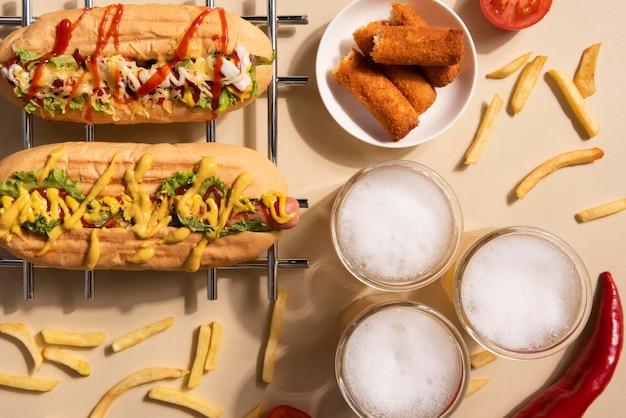 Vista superior de perros calientes con papas fritas y bebida