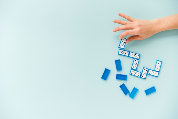 Vista superior persona jugando dominó