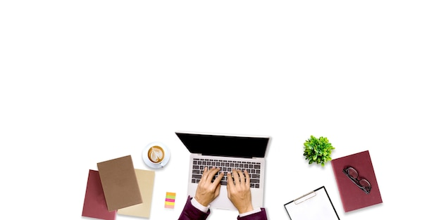 Vista superior de la persona que trabaja en una computadora portátil