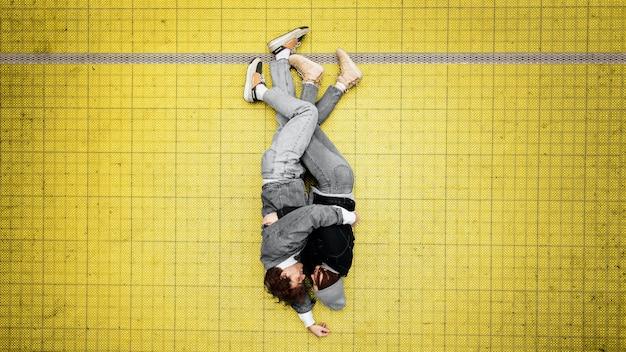 Vista superior de personas abrazándose en un piso iluminado