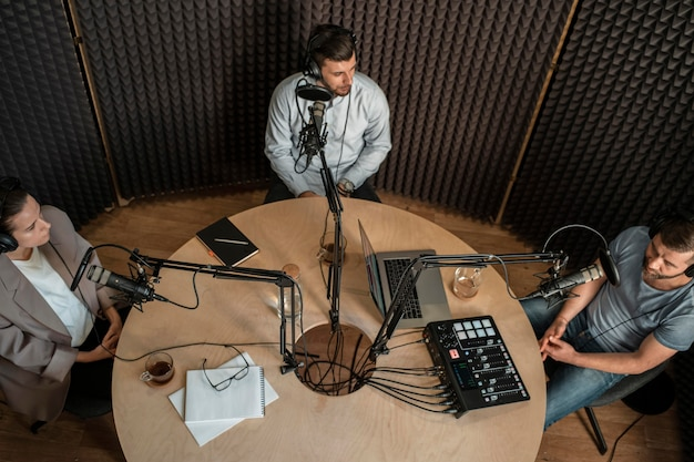 Vista superior de personas en la radio
