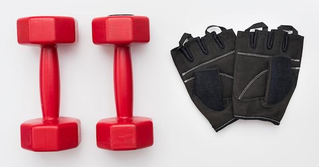 Vista superior de pesas con guantes de gimnasia