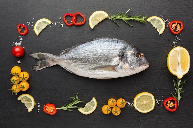 Vista superior de pescado y arreglo de condimentos.