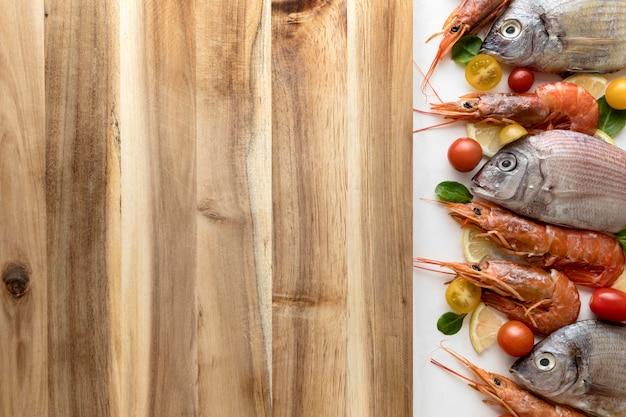 Vista superior de pescado y camarones con espacio de copia
