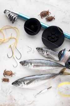 Vista superior de pescado con cangrejos y caña de pescar