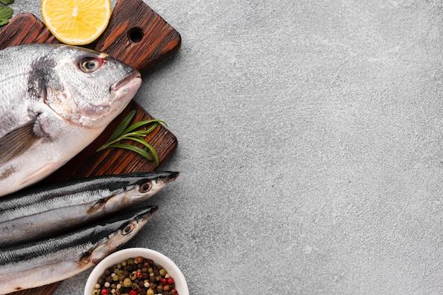 Vista superior de pescado y condimentos