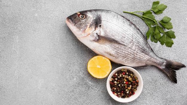 Vista superior de pescado fresco con limón