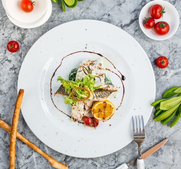 Vista superior de pescado frito con verduras
