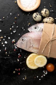 Vista superior de pescado con limón y huevos.