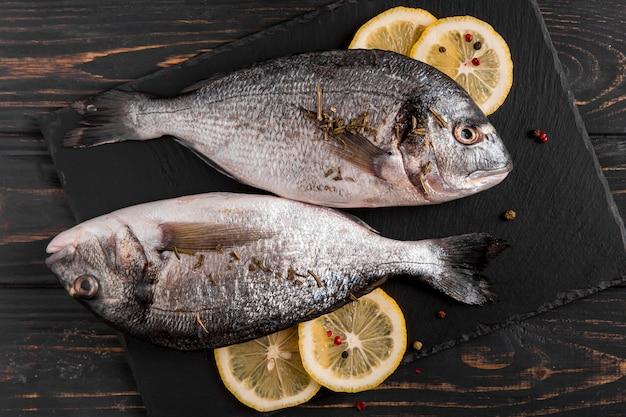 Vista superior de pescado y limón.