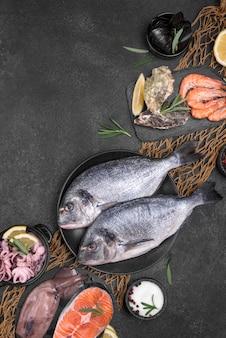 Vista superior de pescado de marisco crudo fresco