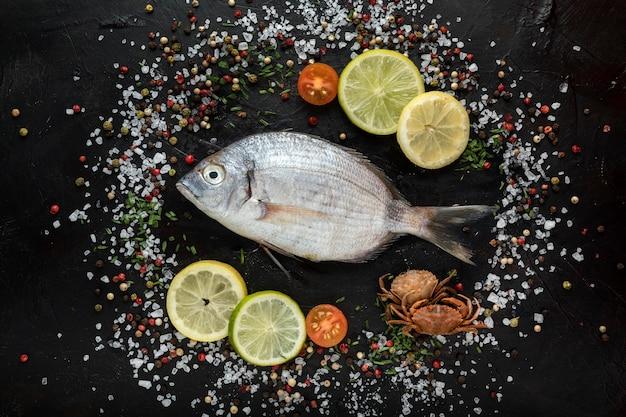 Vista superior de pescado con sal y especias.