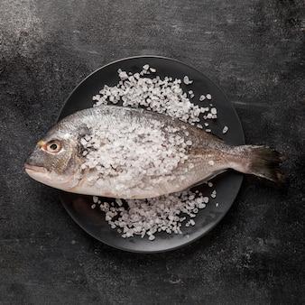 Vista superior de pescado con sal marina