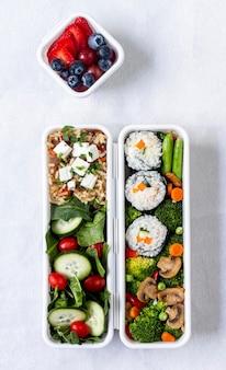 Vista superior de pescado, verduras y frutas.