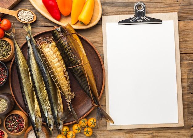 Vista superior de pescados y verduras ahumados