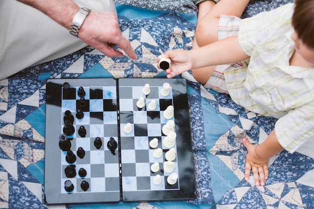 Vista superior de picnic con juego de ajedrez