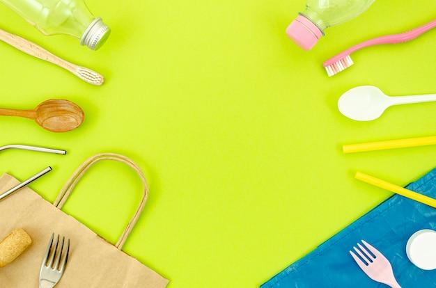 Vista superior de piezas de plástico reciclables