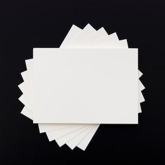 Vista superior pila de tarjetas de visita