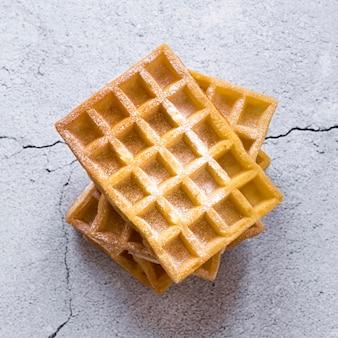 Vista superior de la pila de waffles en superficie de concreto
