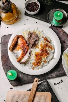 Vista superior de pilaf azerbaiyano con pollo asado lyavangi y frutos secos asados pg