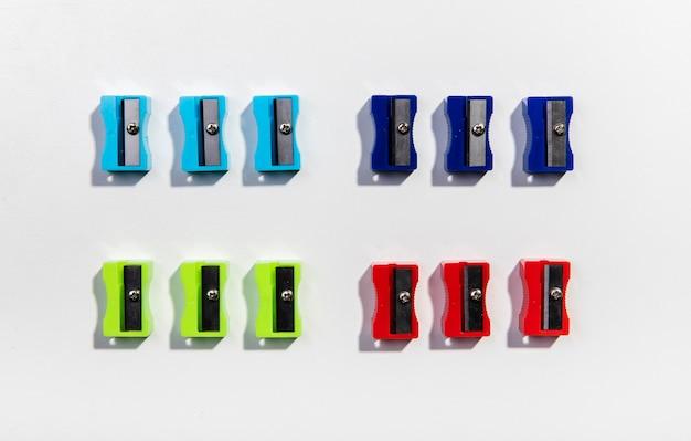 Vista superior de pilas de coloridos sacapuntas